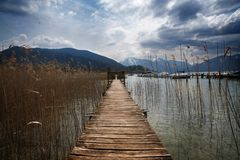 Molo di legno con un portone nel lago di tegernsee, il touri famoso Fotografia Stock