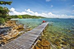 Molo di legno in spiaggia tropicale nell'isola di Ko Samet Immagini Stock