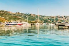Molo dla żeglować jachty i łodzie z widokiem gór z wybrzeża Budva, Budva obrazy royalty free