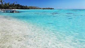 Molo e barca sulla spiaggia tropicale con acqua stupefacente video d archivio
