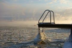 Molo e boa di nuoto nel Mar Baltico di congelamento a Helsinki, Finlandia Immagine Stock