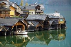 Molo e riflessione in un lago Hallstatt fotografia stock libera da diritti