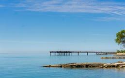 Molo e rocce che conducono nel lago Ontario immagine stock