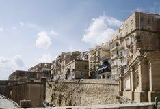 Molo e Victoria Gate di Barriera situati alla vecchia città di La Valletta, distretto del sud del porto Immagini Stock Libere da Diritti
