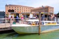Molo jawne miasto podróży łodzie w Wenecja Zdjęcia Royalty Free
