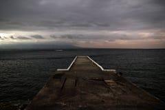 Molo lub jetty na przedpolu z widokiem horyzontu widzieć w morzu obraz stock