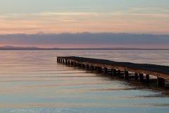Molo na jeziorze przy zmierzchem Fotografia Stock
