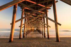 Molo na plaży przy oceanu brzeg scenicznym krajobrazowym widokiem obrazy royalty free