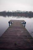 Molo nei laghi Earlswood su una mattina di inverni Fotografia Stock