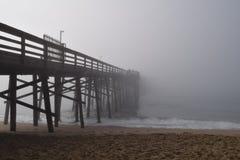 Molo przedłużyć w mgłę Zdjęcia Stock