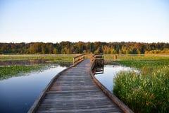 Molo przy Burnaby jeziorem iluminującym wschód słońca BC Kanada obraz royalty free
