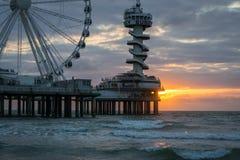 Molo przy holenderskim wybrzeżem z Ferris kołem przy zmierzchem obraz royalty free