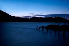 Molo su un lago nelle prime ore del mattino Fotografie Stock Libere da Diritti