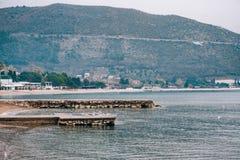 Molo sulla spiaggia in Budua Vicino alla vecchia città Fotografie Stock Libere da Diritti