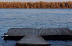 Molo sulla sponda del fiume Fotografie Stock