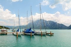 Molo in Unterach nel lago Attersee in alpi austriache vicino a Salisburgo, Austria Fotografie Stock Libere da Diritti