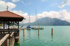 Molo in Unterach nel lago Attersee in alpi austriache vicino a Salisburgo, Austria Fotografia Stock