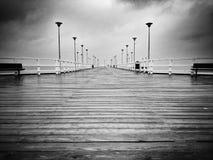 Molo w deszczu Artystyczny spojrzenie w czarny i biały Fotografia Stock