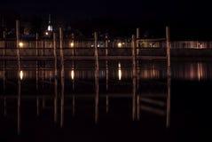 Molo w Małego jeziora przodu wiosce przy nocą Fotografia Royalty Free