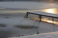 Molo w śniegu i bulwar na jeziorze przy zmierzchem Zdjęcie Stock
