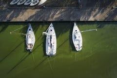 Molo z łodziami, marina udział Powietrzny odgórny widok od trutnia obraz royalty free
