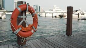 Molo z boja na poczcie przeciw luksusowym rejsów jachtom w zatoce zdjęcie wideo