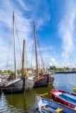 Molo z starymi łodziami w Harlingen Zdjęcia Stock