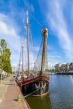 Molo z starymi łodziami w Harlingen Obraz Stock