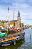 Molo z starymi łodziami w Harlingen Zdjęcie Stock