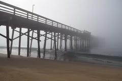 Molo znika w mgłę z fala Obrazy Royalty Free