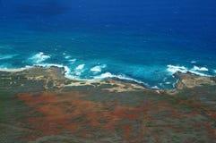 Κεραία της βορειοδυτικής ακτής Molokai με τα κύματα που συντρίβουν στο SH Στοκ Φωτογραφία