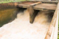 Molta acqua è liberata Fotografie Stock
