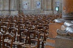 Molta cattedrale di Reims di nside delle sedie immagine stock libera da diritti