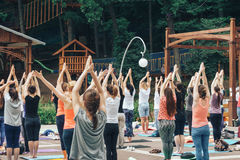 Molta gente è impegnata nell'yoga nel parco della dinamo il giorno internazionale di yoga Fotografia Stock Libera da Diritti