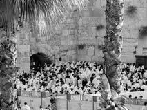 Molta gente alla parete lamentantesi, pregante durante il festival Fotografia Stock Libera da Diritti