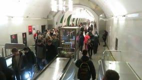 Molta gente alla stazione della metropolitana sale la scala mobile stock footage