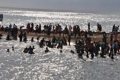 Molta gente che bagna nel mare di capo Comorin immagine stock
