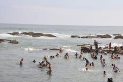 Molta gente che bagna nel mare di capo Comorin fotografia stock libera da diritti