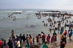 Molta gente che bagna nel mare di capo Comorin fotografie stock