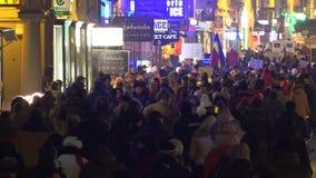 Molta gente che cammina sulla via di notte protesta per i loro diritti video d archivio