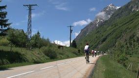 Molta gente che climing e che cicla nelle alpi francesi, d'Ornon del passo, Francia archivi video