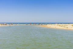 Molta gente che si rilassa sulla spiaggia di Salgados, Algarve, Portogallo immagine stock