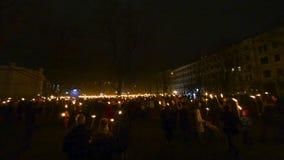 Molta gente con fuoco torches, la celebrazione di festa dell'indipendenza a Riga, Lettonia video d archivio