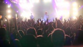 Molta gente emozionante che gode del concerto, mani d'ondeggiamento d'applauso archivi video