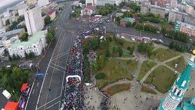 Molta gente esegue una maratona in mezzo ad una grande città video d archivio