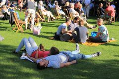 Molta gente nel parco nella città Rotterdam di estate Fotografia Stock Libera da Diritti