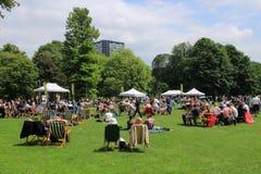 Molta gente nel parco nella città Rotterdam di estate Fotografia Stock