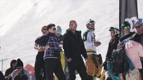 Molta gente nel soggiorno degli occhiali da sole alla stazione sciistica Giorno pieno di sole Attivo di concorso sport stock footage