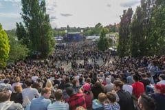 Molta gente in parco ammucchiato (Mauerpark) a fete de la musique fotografia stock libera da diritti