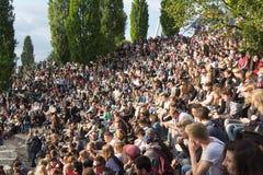 Molta gente in parco ammucchiato (Mauerpark) a fete de la musique fotografie stock libere da diritti